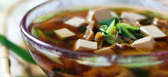 Supa de primavara cu Miso si ciuperci Maitake